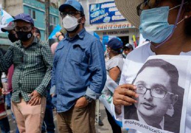 Guatemaltecos exigen renuncia de presidente y de fiscal general